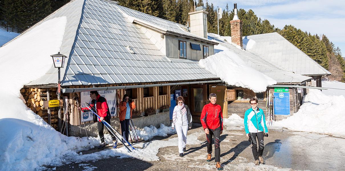Hütte Steyersberger Schwaig von außen mit ein paar Langläufer