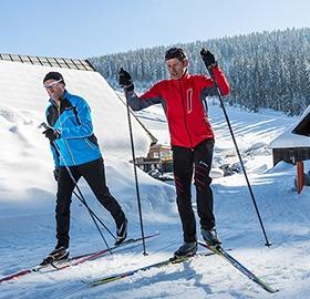 2 Personen langlaufen in der Nordic Arena