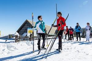 Foto Bergstation Mariensee mit Personen mit Langlaufschi